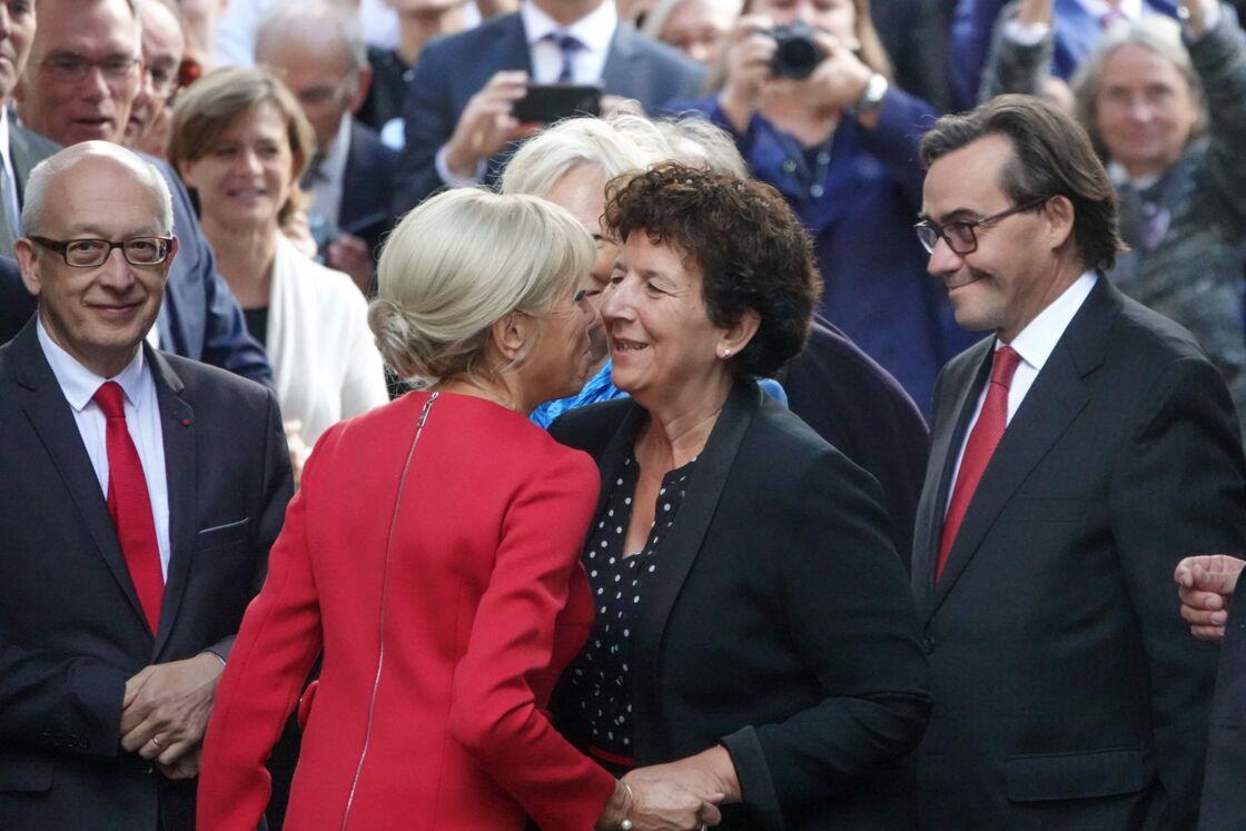 Brigitte Macron embrassant la ministre de l'Enseignement supérieur, Frédérique Vidal, le 24 septembre 2018