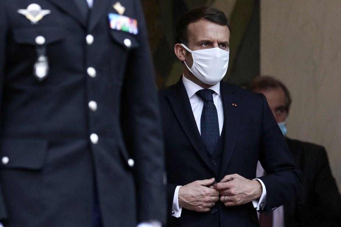 Le Président de la République, Emmanuel Macron raccompagne le Président de la Transition de la République du Mali, Bah N'DAW après un déjeuner de travail au palais de l'Elysée, le 27 janvier 2021