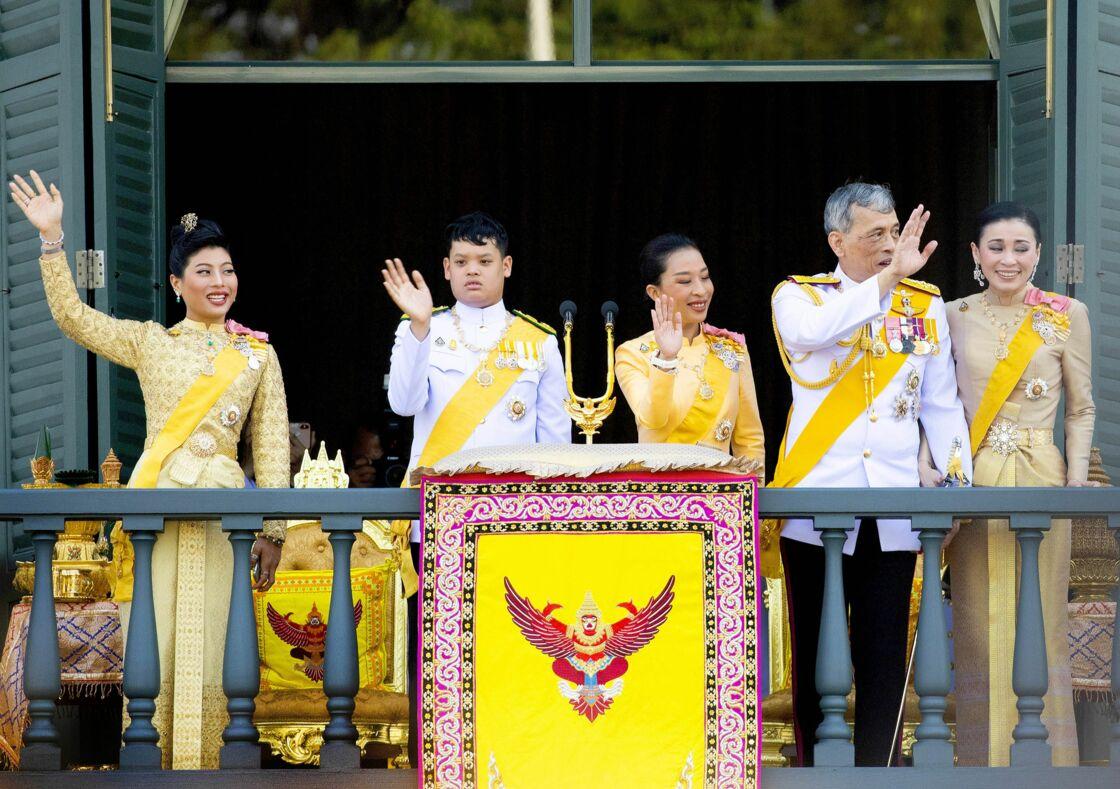 Rama X, les princesses Bajrakitiyabha et Sirivannavari, la reine Suthida et son fils Dipangkorn Rasmijoti  le 6 mai 2019
