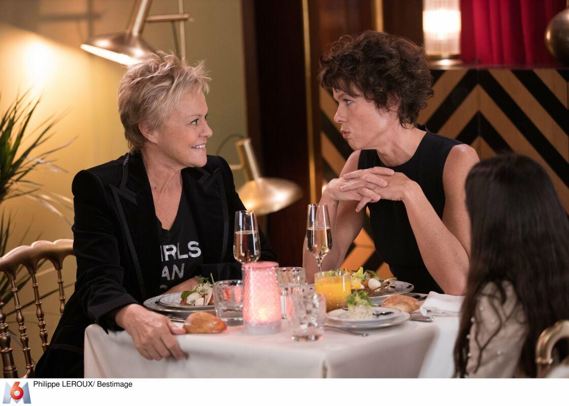 Muriel Robin et sa compagne Anne Le Nen, couple à la ville et couple désirant adopter dans une scène très ancrée dans l'actualité.