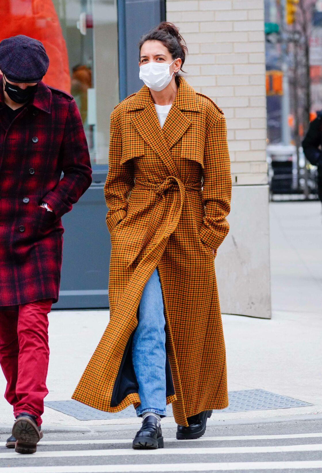 Katie Holmes ne badine pas sur le style même pour une balade, elle ose le manteau ultra-long avec une paire de rangers basses