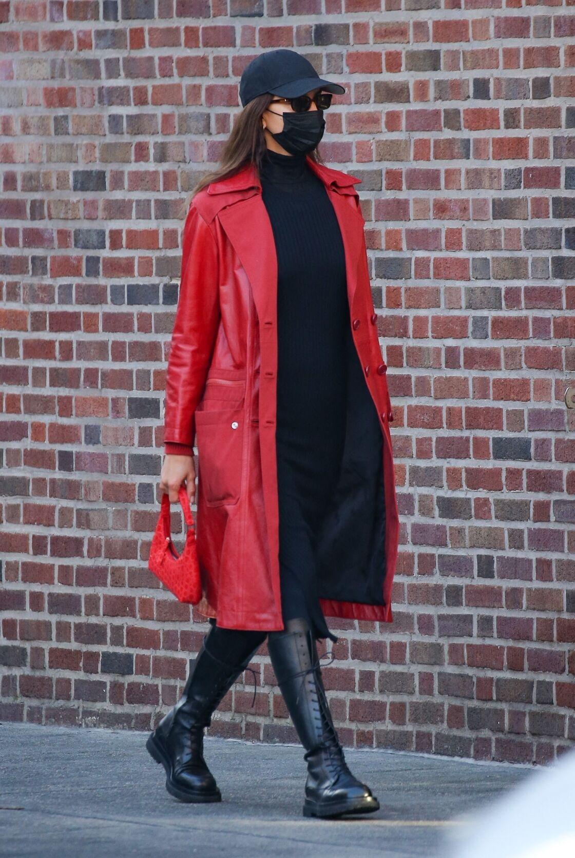 Irina Shayk aime porter des rangers peu importe la saison et elle n'hésite pas à les porter avec une robe pull