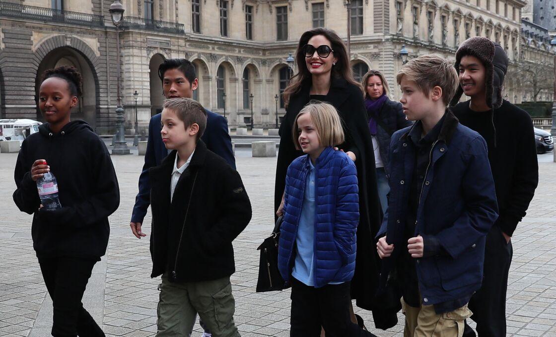 Angelina Jolie et ses six enfants à la sortie de l'hôtel Meurice à Paris, le 30 janvier 2018