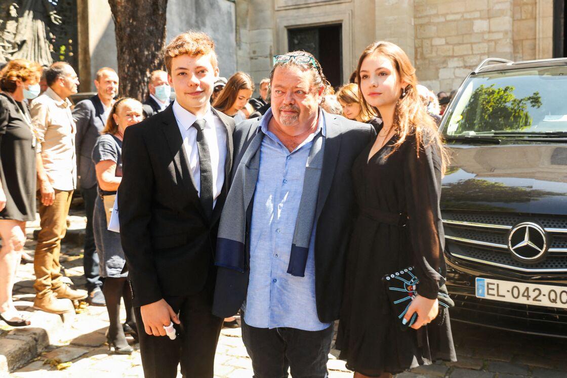 Alastair Cuddeford, ex-mari d'Hermine avec leurs deux enfants Calixte et Allegra, lors des obsèques de la princesse à Montmartre, le 9 juillet 2020.