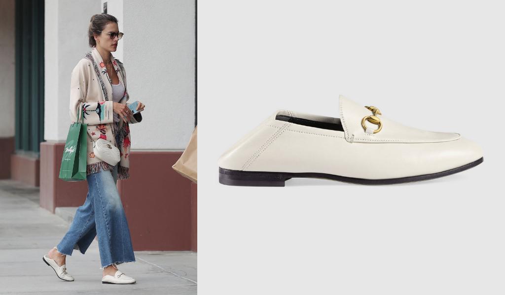 Alessandra Ambrosio opte pour une paire de mocassins ivoire Gucci (650 €) à flipper selon l'envie en mule grâce à une couture souple.