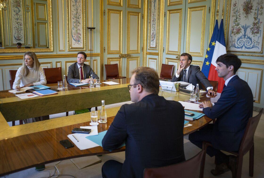Emmanuel Macron organise régulièrement des réunions ou dîners de travail à l'Élysée, comme ici, avec le conseil européen, en juin 2020.