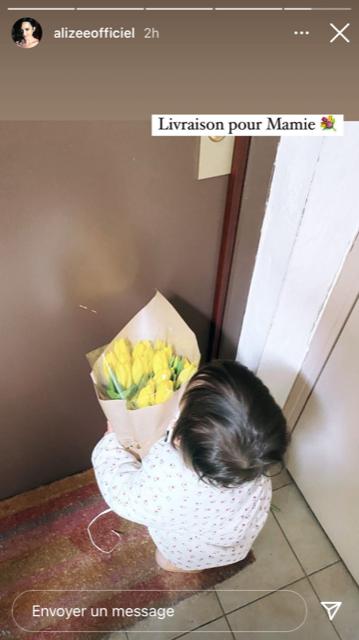 Maggy devant l'appartement de sa grand-mère maternelle, avec ses fleurs fraîchement achetées.