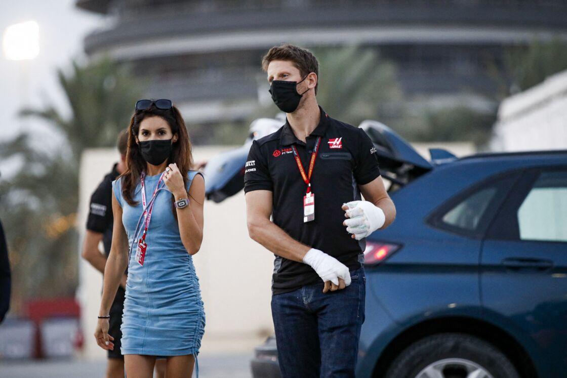 Romain Grosjean, blessé aux mains, et sa femme Marion arrivent au Grand Prix de Sakhir le 6 décembre 2020