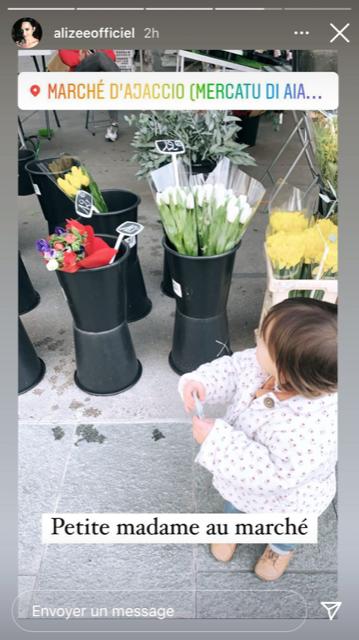La petite Maggy achetant des fleurs au marché d'Ajaccio avec sa mère Alizée.