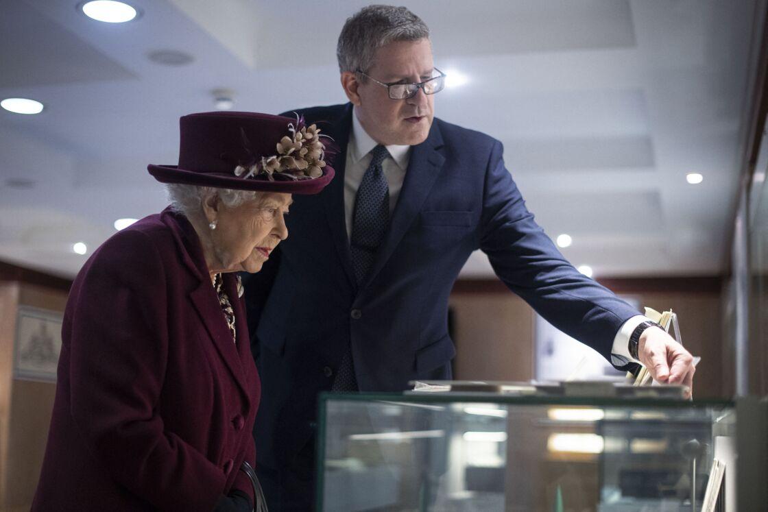 Andrew Parker aux côtés de la reine en février 2020.