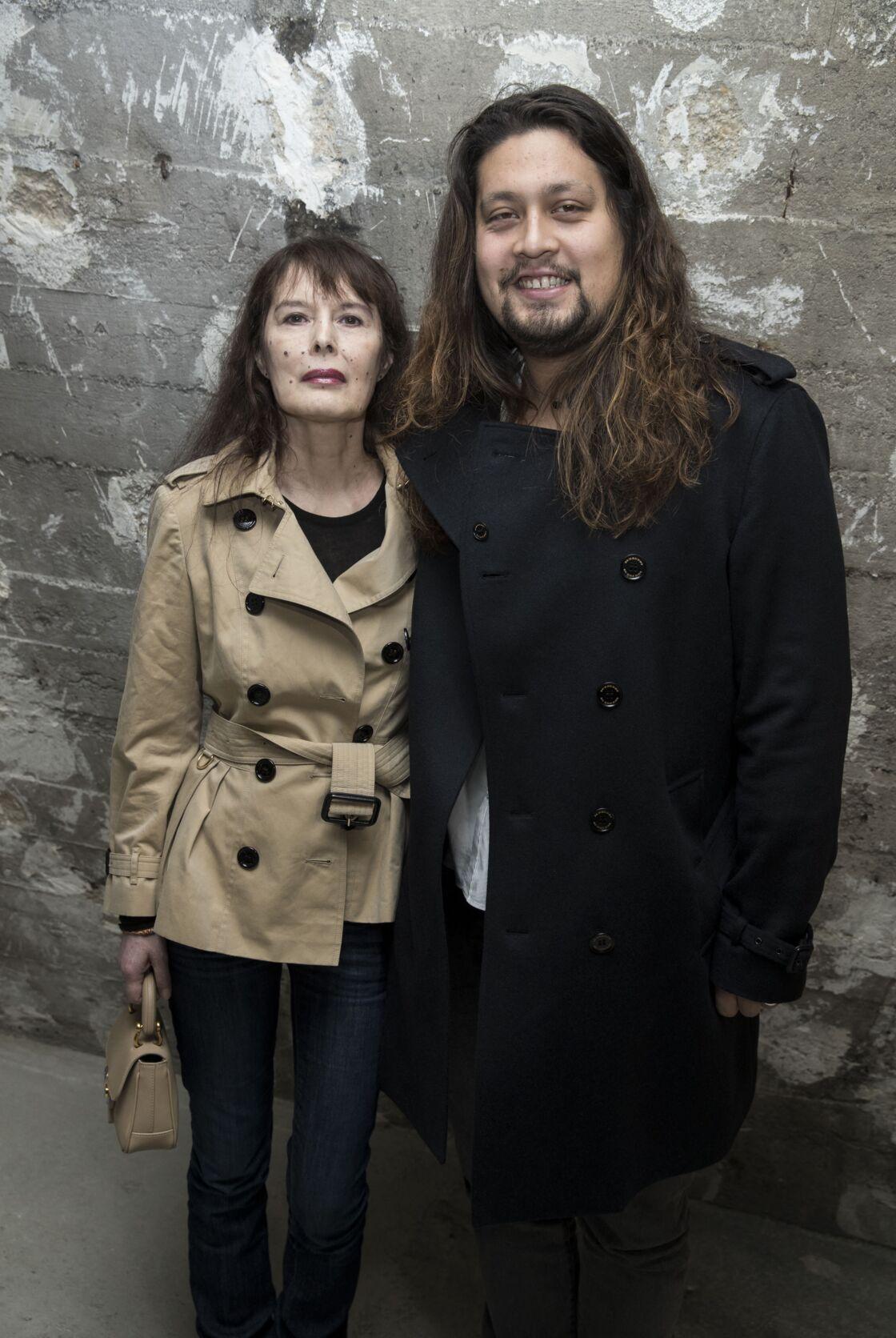 Bambou et son fils Lulu Gainsbourg à l'exposition itinérante Burberry
