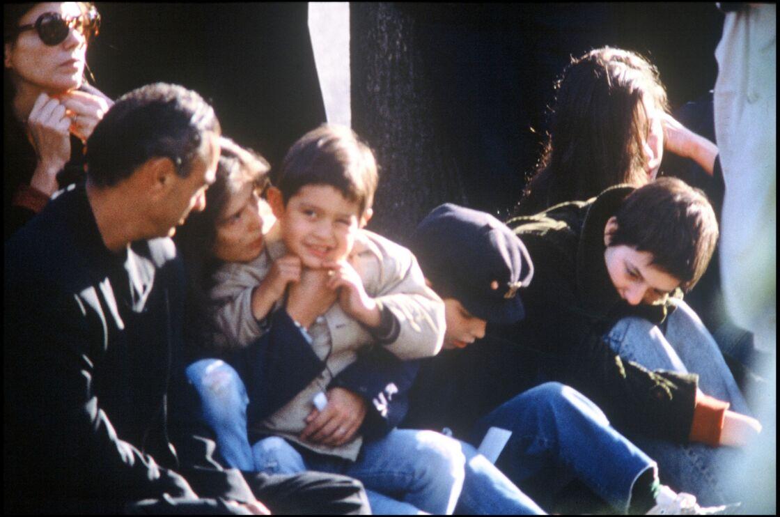 JANE BIRKIN, BAMBOU, SON FILS LUCIEN (LULU) ET CHARLOTTE GAINSBOURG AUX OBSEQUES DE SERGE GAINSBOURG AU CIMETIERE MONTPARNASSE A PARIS EN 1991