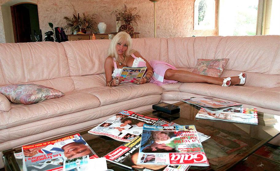 Lolo Ferrari au temps de la vie en rose bonbon, à Saint-Tropez, en 1996. Cette même année, elle sort le single Airbag Generation. Tout un programme...