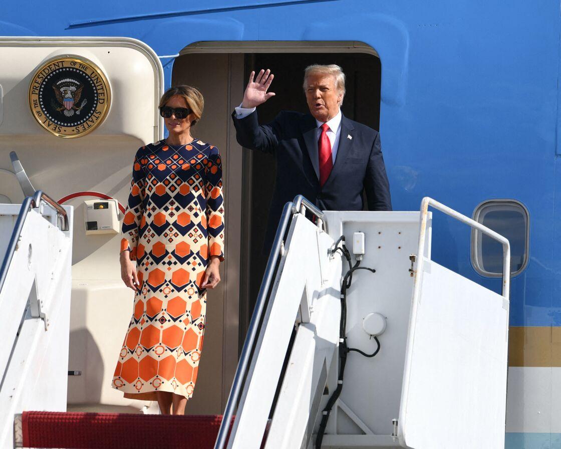 Melania et Donald Trump débarquant de l'avion présidentiel Air Force One pour la dernière fois, à l'aéroport de Palm Beach mercredi 20 janvier 2021