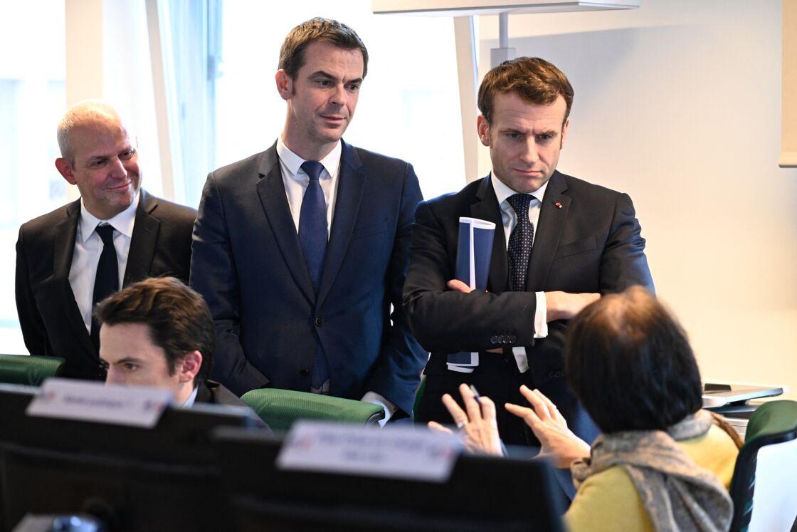 Olivier Véran et Emmanuel Macron au Centre Opérationnel de Régulation et de Réponse aux Urgences Sanitaires et Sociales (CORRUSS) à Paris, le 3 mars 2020
