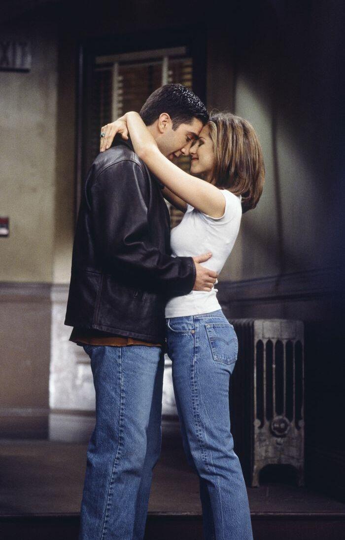 Le t-shirt blanc combiné au jean large est une signature de Rachel Green, le personnage incarné par Jennifer Aniston dans Friends.