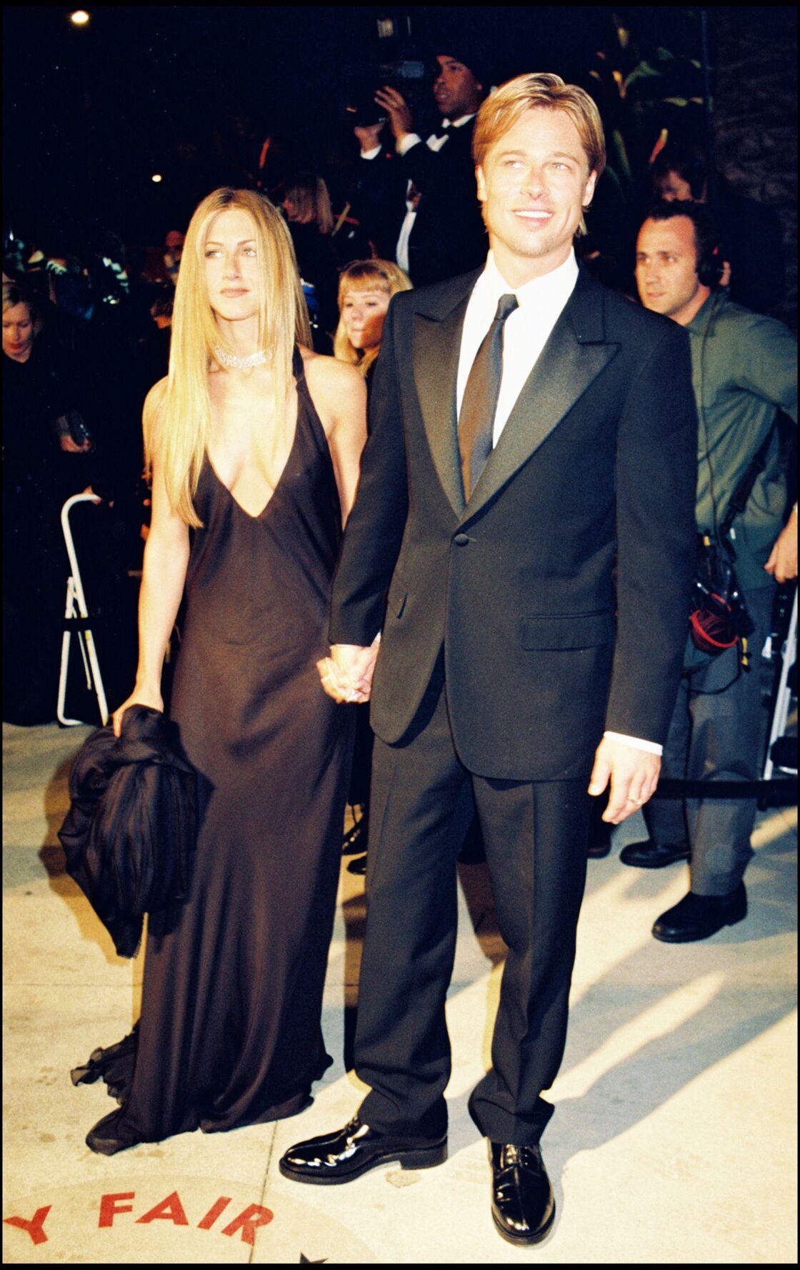 Jennifer Aniston, en couple avec Brad Pitt à l'époque de Friends, restait fidèle à son style à la ville comme à l'écran.