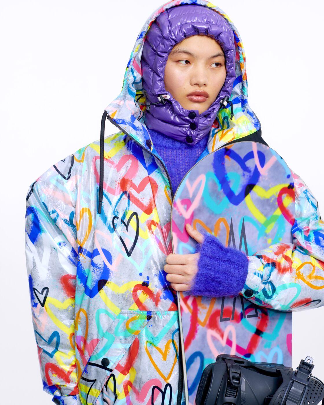 Cette saison, la collection de doudoune Moncler explose de couleurs fortes et s'anime de motifs audacieux.