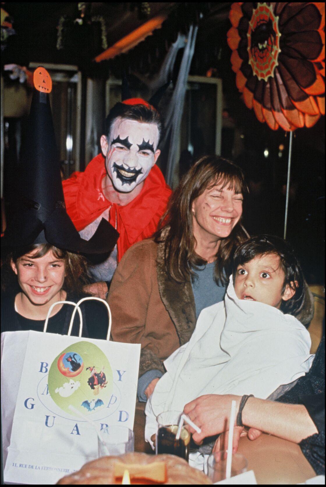 Jane Birkin, sa fille Lou Doillon et son petit-fils Roman de Kermadec (fils de Kate Barry), à Paris en 1993