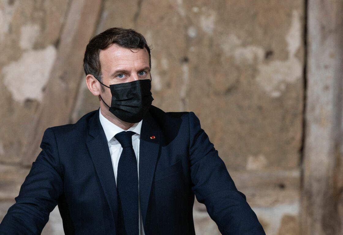 Le président français Emmanuel Macron visite la ferme les Ruelles avec la ministre de la Transition écologique et sociale Barbara Pompili, le ministre de l'Agriculture Julien Denormandie et le ministre des Outre-mer Sébastien Lecornu. Tilly, 12 janvier 2021