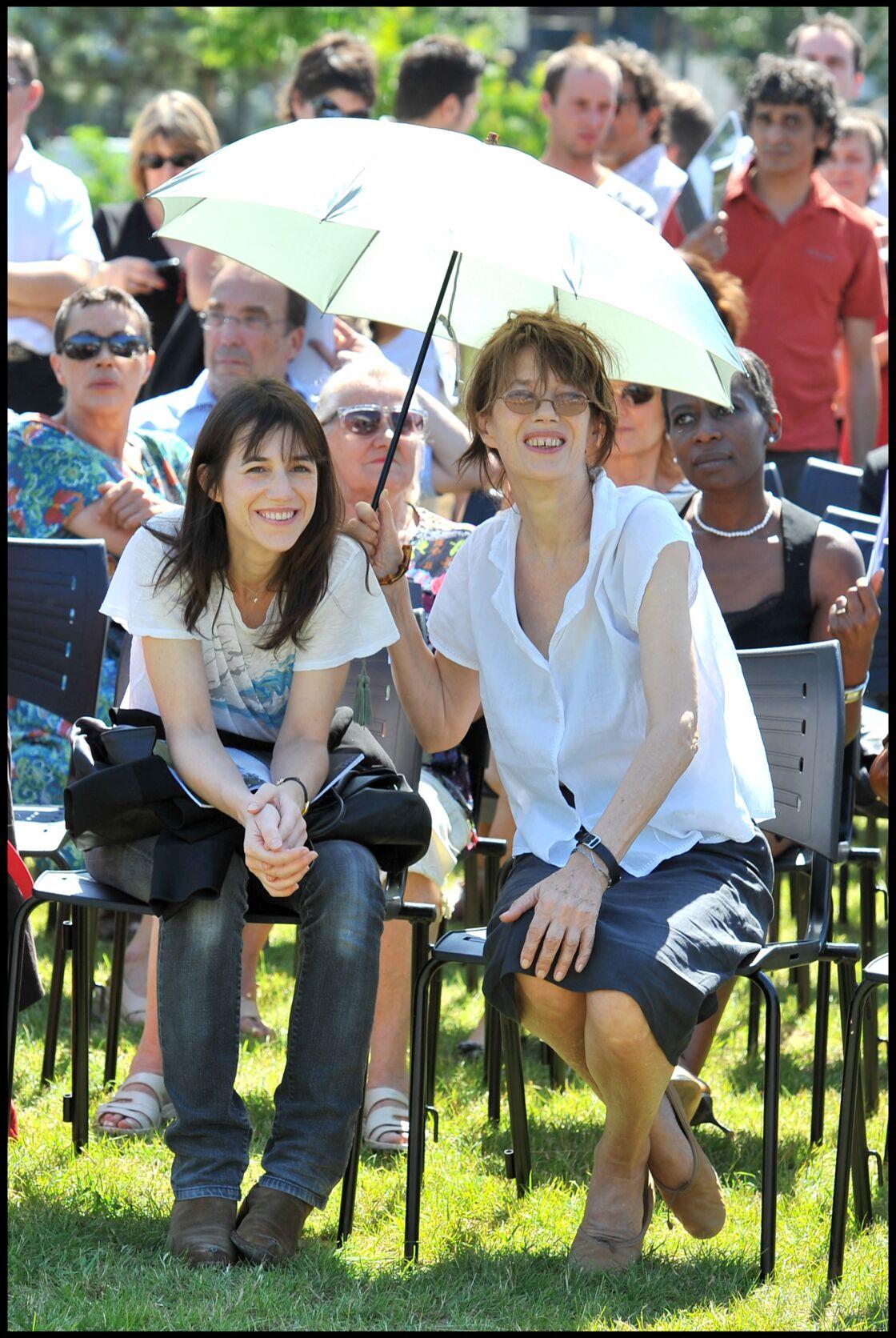 Jane Birkin et Charlotte Gainsbourg lors de l'inauguration du jardin Serge Gainsbourg, porte des Lilas, en juillet 2010