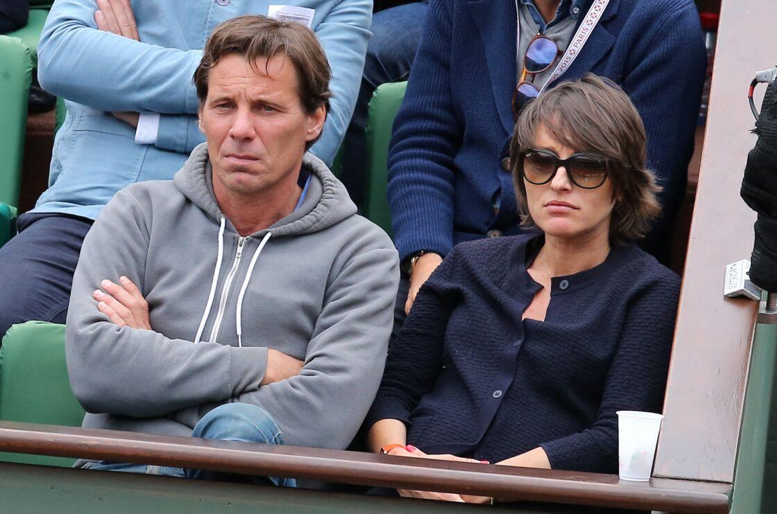 Pascal Humeau et sa compagne la journaliste Amandine Bégot dans les tribunes lors du tournoi de tennis de Roland Garros à Paris le 29 mai 2015