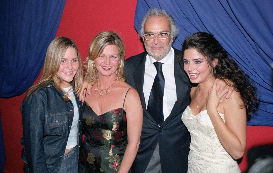 Jeane Manson avec ses filles Shirel et Marianne et André Djaoui (père de Shirel) lors de la générale de Notre-Dame de Paris au theâtre Mogador à Paris en septembre 2005