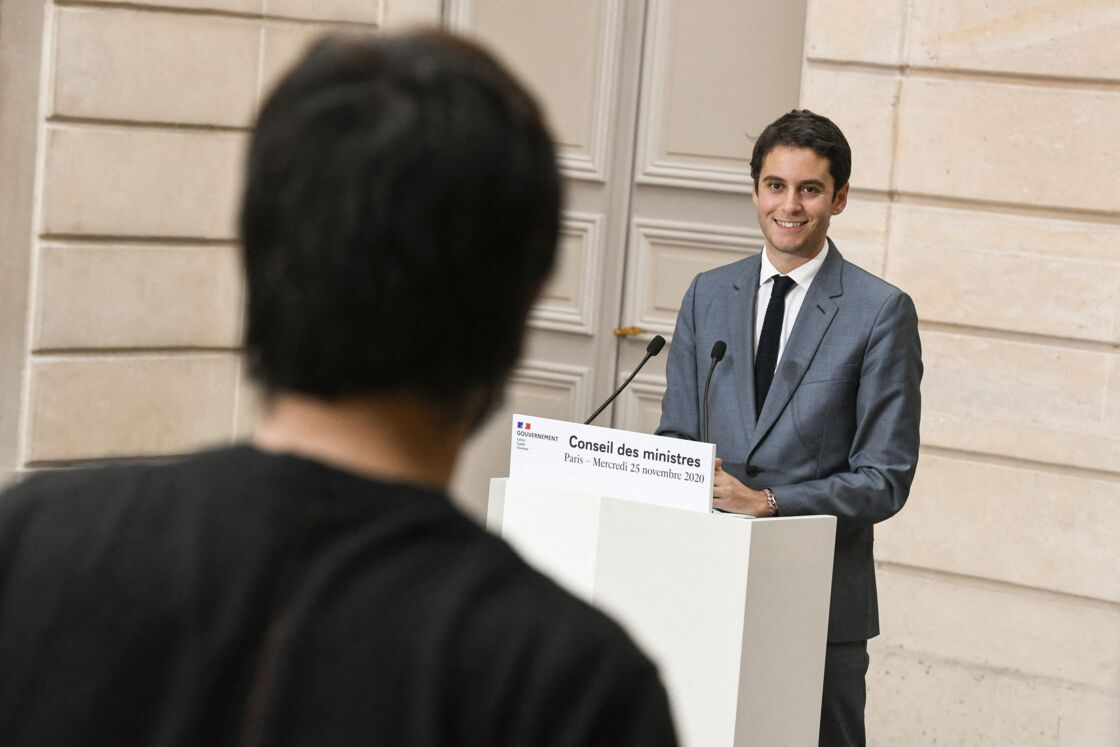 Gabriel Attal, porte parole du gouvernement, lors du compte rendu du conseil des ministres. Palais de l'Élysée, jardin d'hiver. Paris le 25 novembre 2020.
