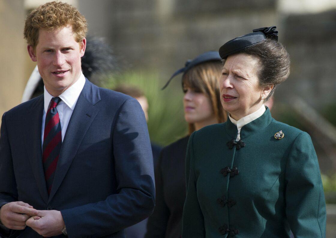 Le prince Harry avec sa tante la princesse Anne, lors d'une une messe en hommage à la reine Elizabeth II et la princesse Margaret à la chapelle St George au Château de Windsor. LE 30 mars 2012.