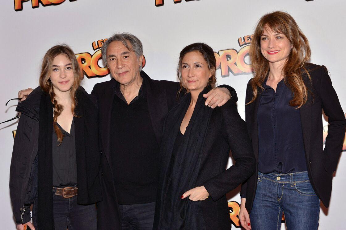 Richard Berry et ses filles Joséphine et Coline ainsi que son épouse Pascale à l'avant-première du film Les Profs, en avril 2013