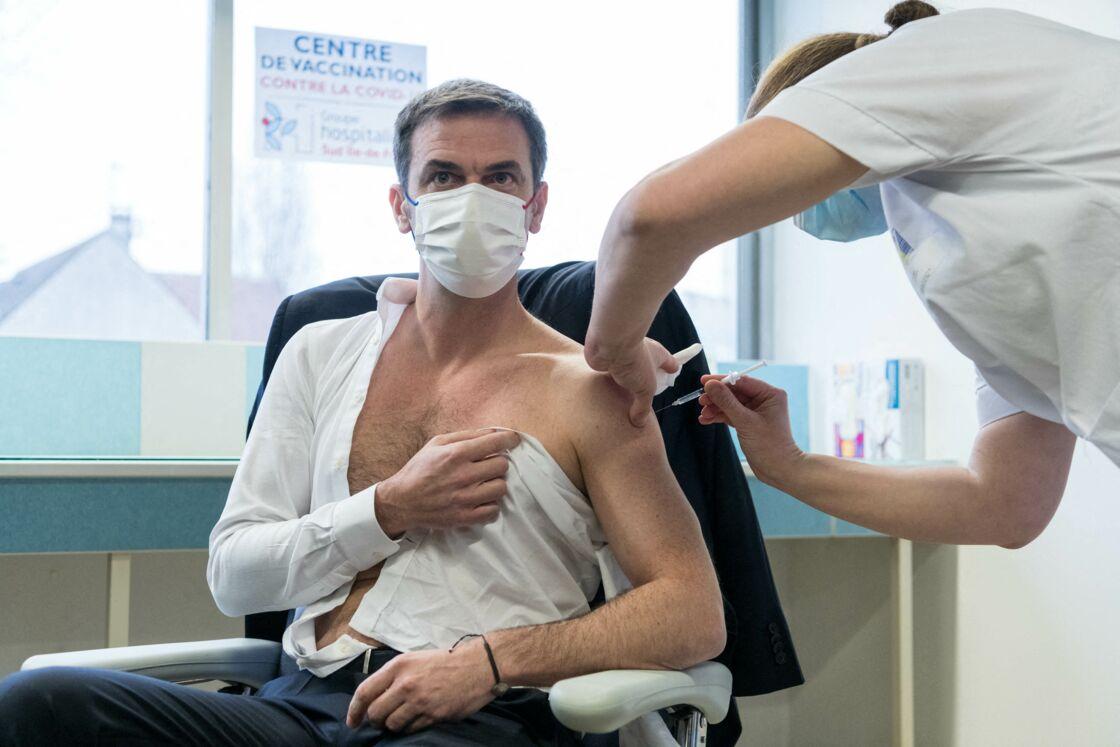 Olivier Véran se fait vacciner contre le Covid-19 (et tombe la chemise) en février 2021