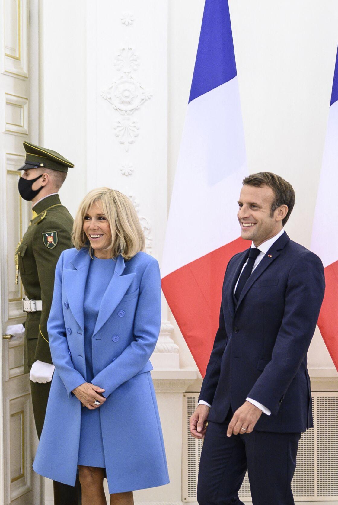 Le président français Emmanuel Macron et sa femme Brigitte Macron rencontrent le président lituanien Gitanas Nauseda et sa femme Diana Nausediene avant une réunion au palais présidentiel de Vilnius, en Lituanie, le 28 septembre 2020
