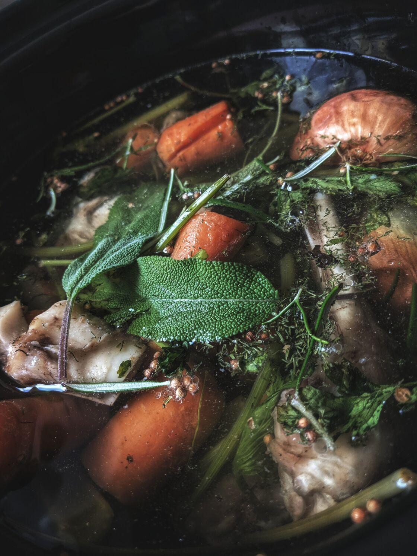 Pour un bouillon riche en apports nutritifs, ne pas oublier de rajouter des légumes, des épices aromates, du sel et une base acide à ses restes de carcasse.
