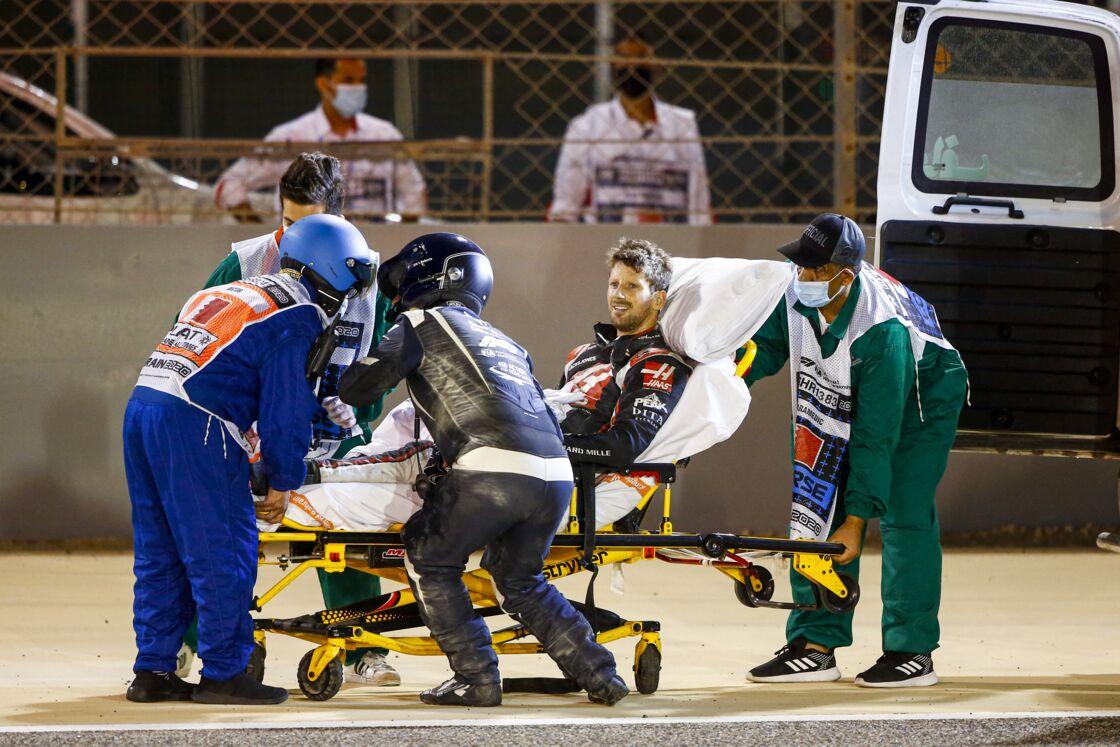 Romain Grosjean pris en charge par les équipes de secours après son accident au Grand Prix de Bahrein le 29 novembre 2020