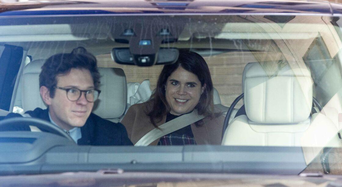 Jack Brooksbank et la princesse Eugenie quittent l'hôpital de Portland à Londres le 12 février 2021 avec leur fils