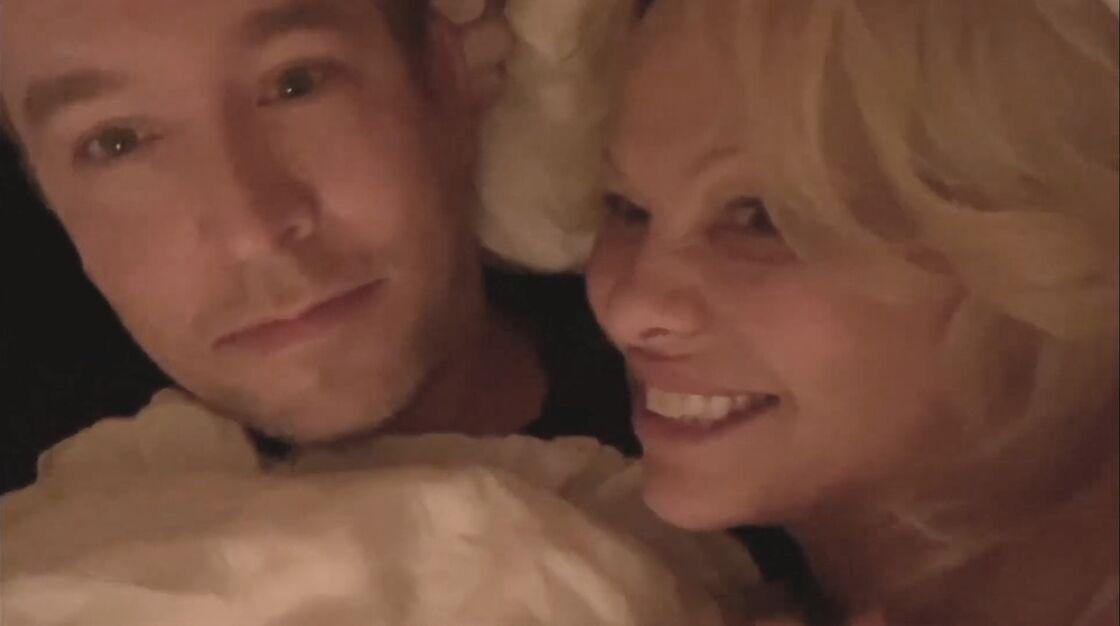 Pamela Anderson et son nouveau mari Dan Hayhurst au lit lors d'une émission de télévision britannique
