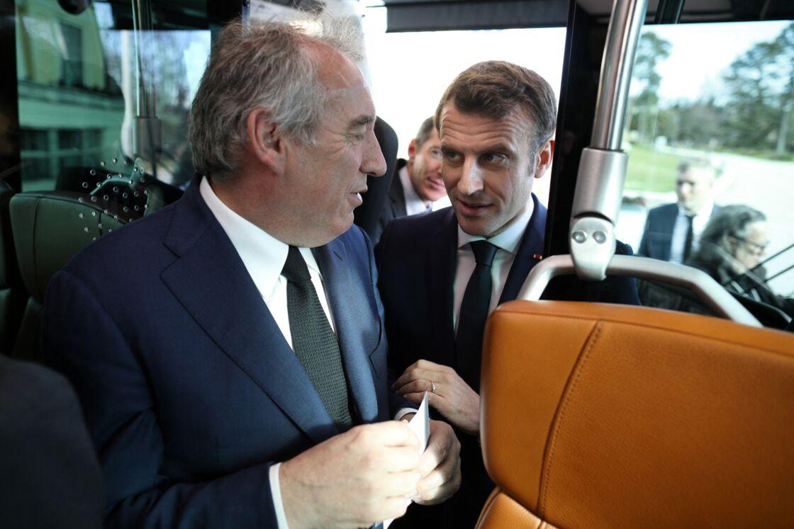 Le Président de la République, Emmanuel Macron accompagné de Francois Bayrou, maire de Pau durant la présentation du bus à haut niveau de service, à Pau, Pyrénées atlantique, France, le 14 janvier 2020.