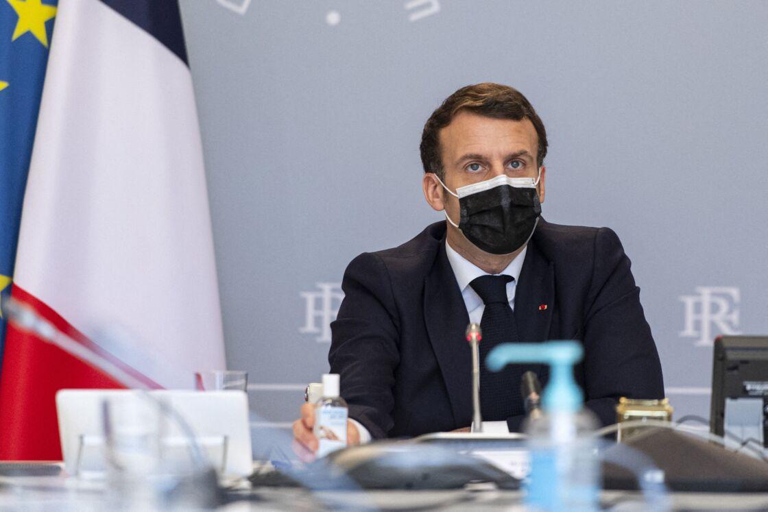 Le président de la République française Emmanuel Macron en visioconférence, avec des acteurs des centres hospitaliers de Dax et de Villefranche-sur-Saône au palais de l'Elysée à Paris, France, le 18 février 2021.