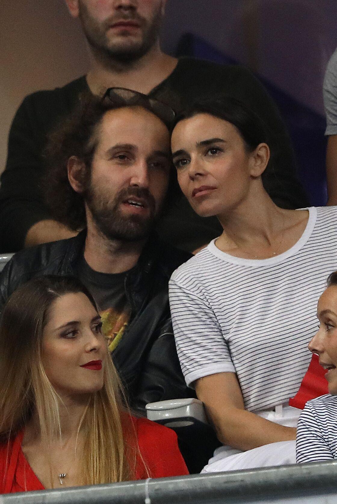 Thomas Bangalter et Elodie Bouchez s'affichent ensemble dans les tribunes du stade de France, lors du match de ligue des nations opposant la France à l'Allemagne à Saint-Denis, le 16 octobre 2018.