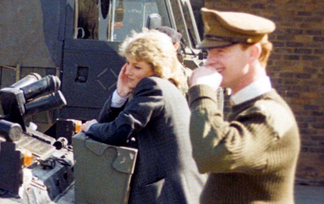 Diana et James Hewitt lors d'une visite de la base militaire de Knightsbridge, en 1988