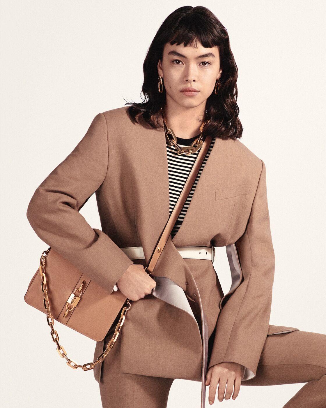 Star du printemps-été, le sac Rendez-Vous de Louis Vuitton en cuir de veau sublime une tenue au quotidien.