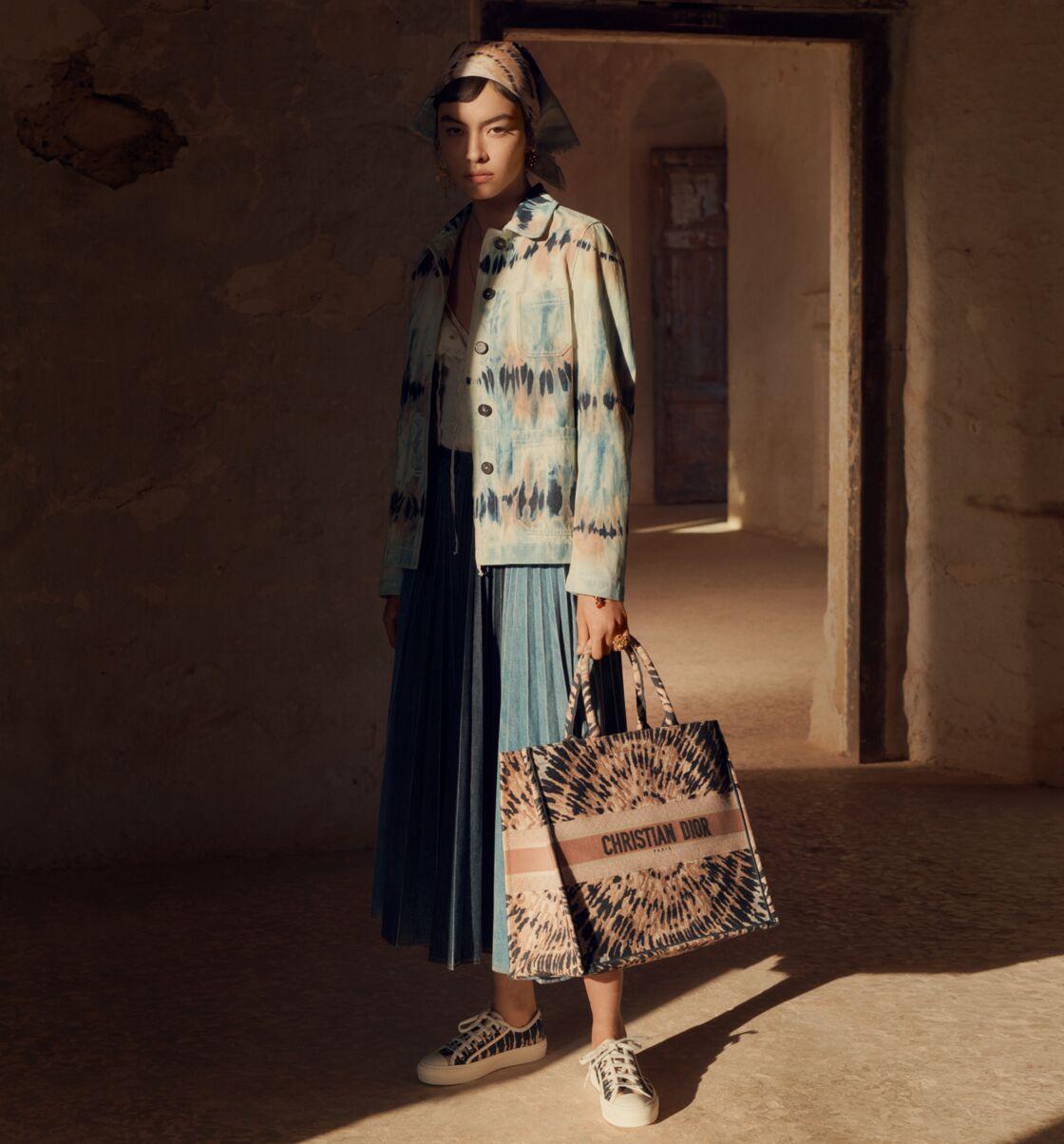 L'imprimé seventies sublime les pièces estivales de Dior, qui le nomme Tie and Dior.