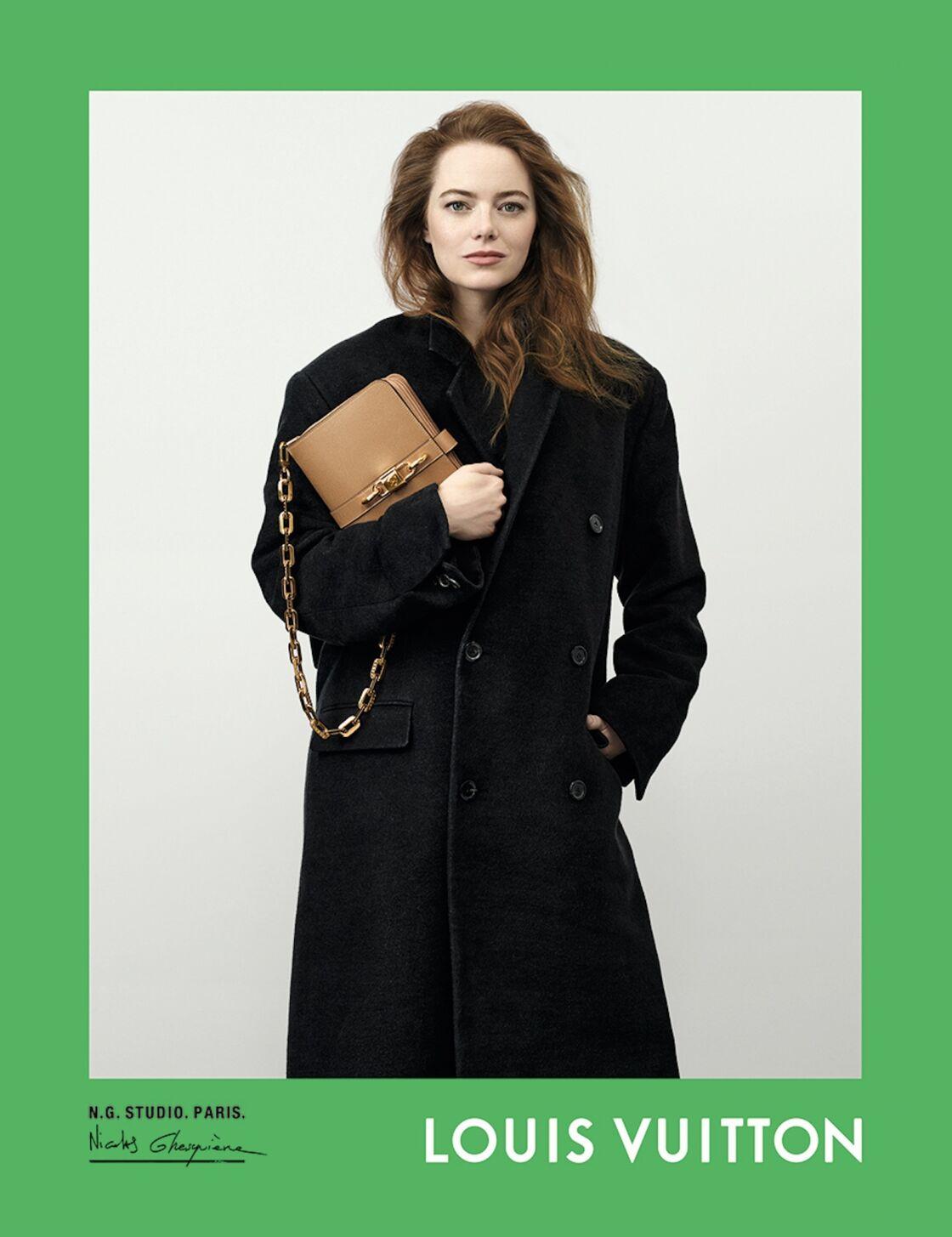 Emma Stone, amie de la maison et visage de ses campagnes de publicité, plus dans l'air du temps que jamais, son Rendez-Vous en main.