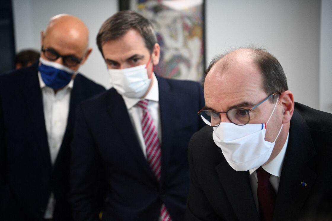 Le Premier ministre français Jean Castex et le ministre de la Santé, Olivier Veran visitent visite la Maison de santé pluriprofessionnelle (MSP) Pelleport et échangent avec le personnel soignant et les patients sur le déploiement de la vaccination en médecine de ville du 20ème arrondissement de Paris, le 25 février 2021