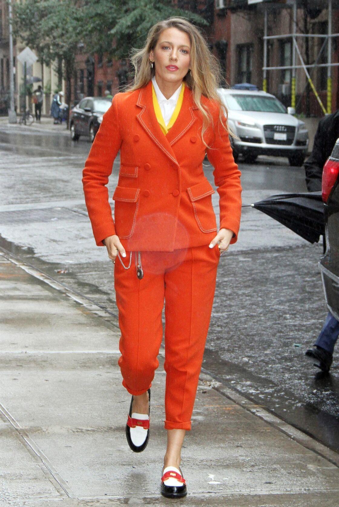 Ce printemps, on ose les couleurs flashy comme l'ensemble orange sanguine de Blake Lively.