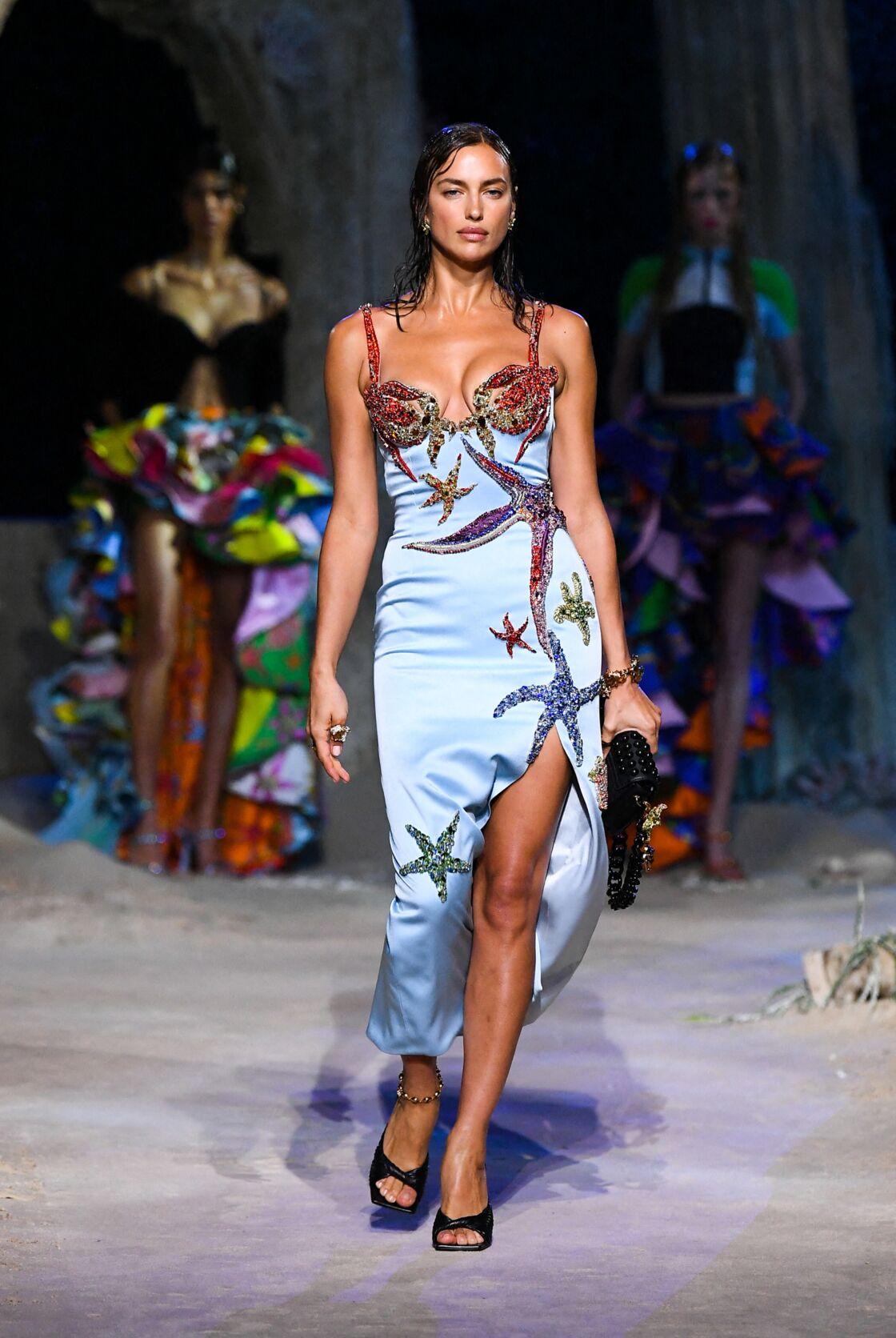 Cette robe portée par le top model Irina Shayk est ré-interprétation d'un modèle de 1992.