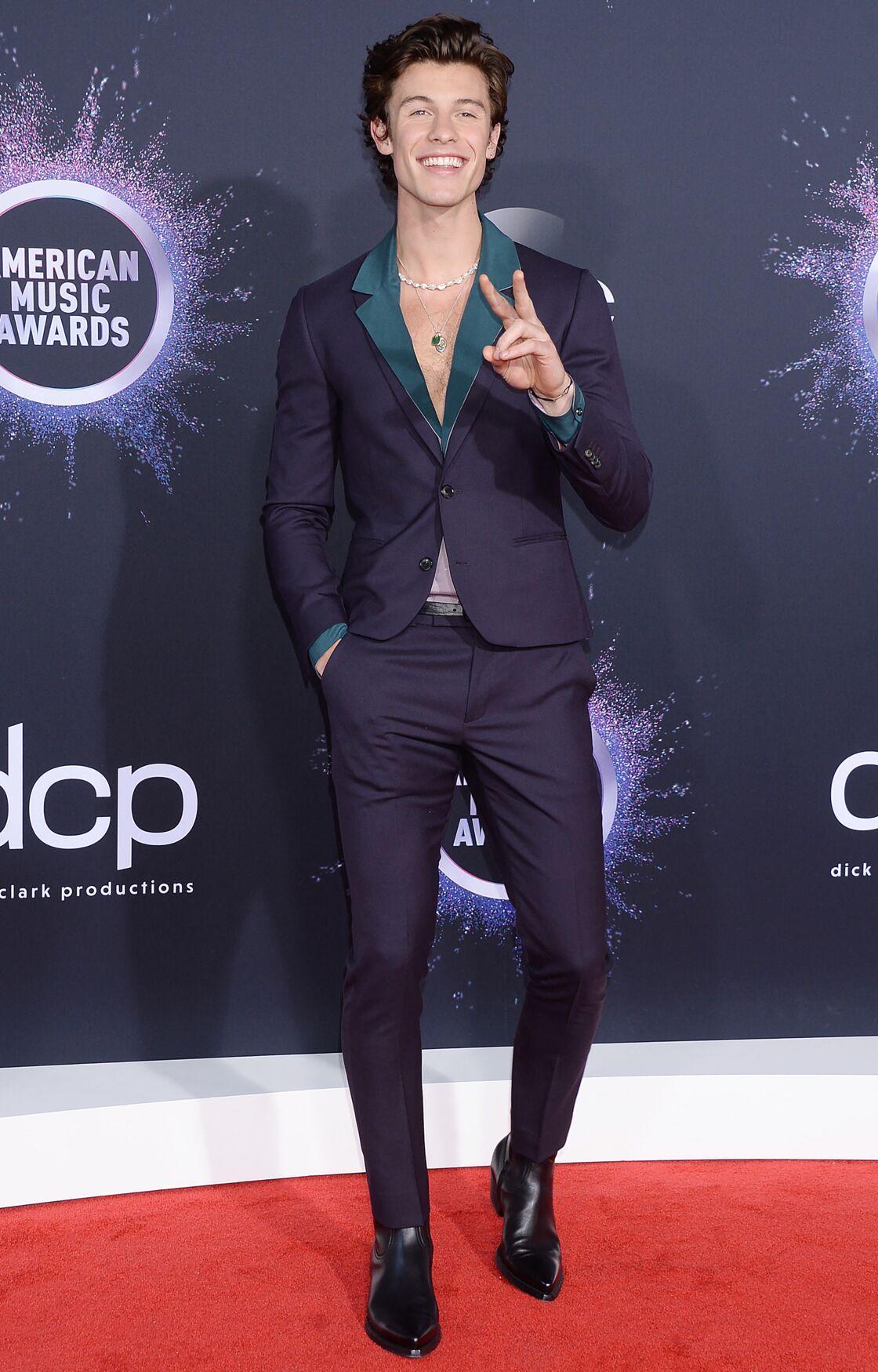 Sur les tapis rouges, le chanteur Shawn Mendes porte avec fière allure le collier de perles