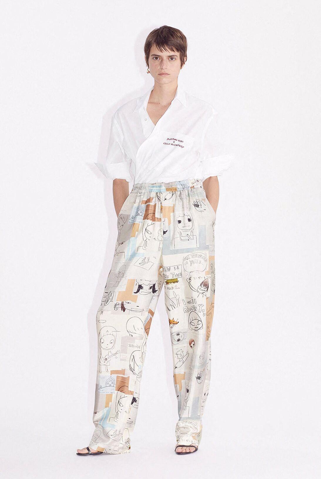Pantalon ample façon pyjama, de la collection Stella McCartney en partenariat avec l'artiste japonais Yoshitomo Nara, le 23 février 2021