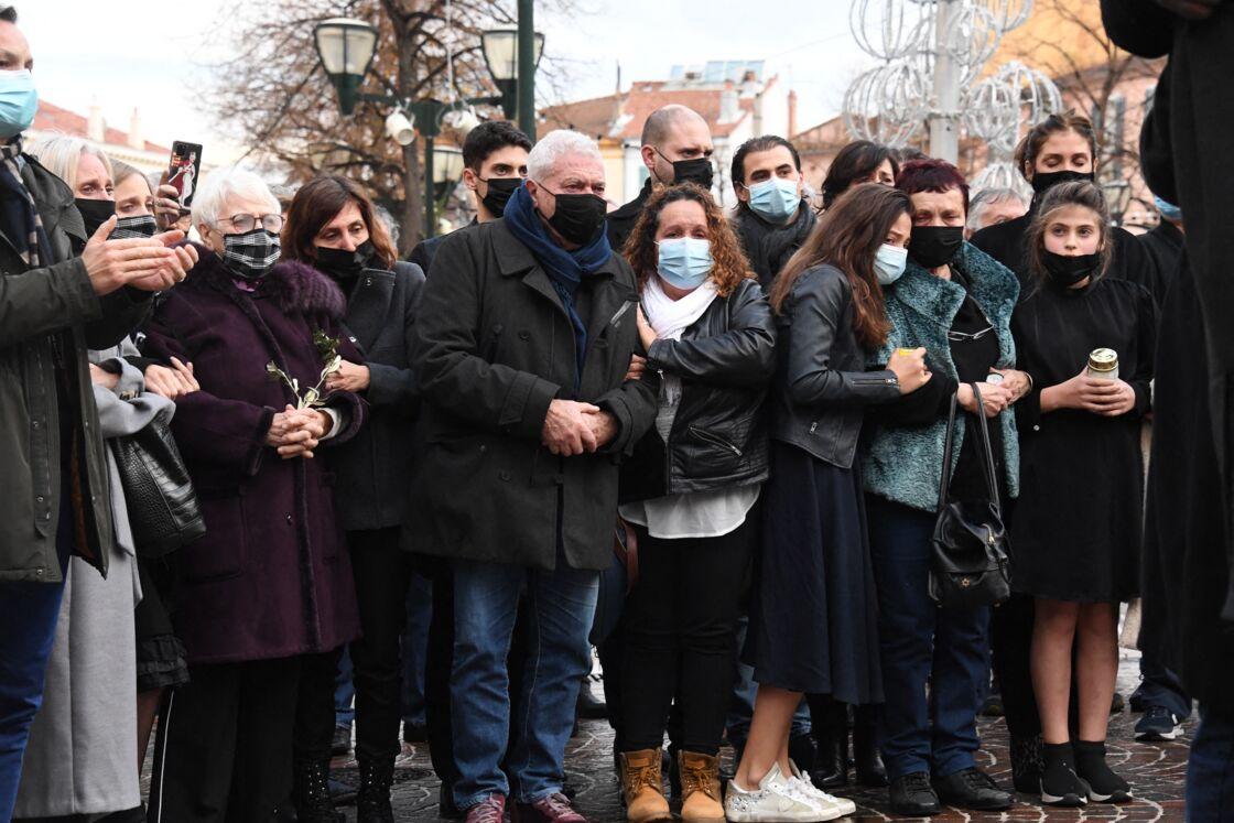 Jean et Nicole Dominici, aux côtés de leurs petites-filles Kiara et Mya et de Loretta Denaro (veuve de Christophe Dominici) lors des obsèques de Christophe Dominici, en l'église Saint-Louis à Hyères, le 4 décembre 2020.