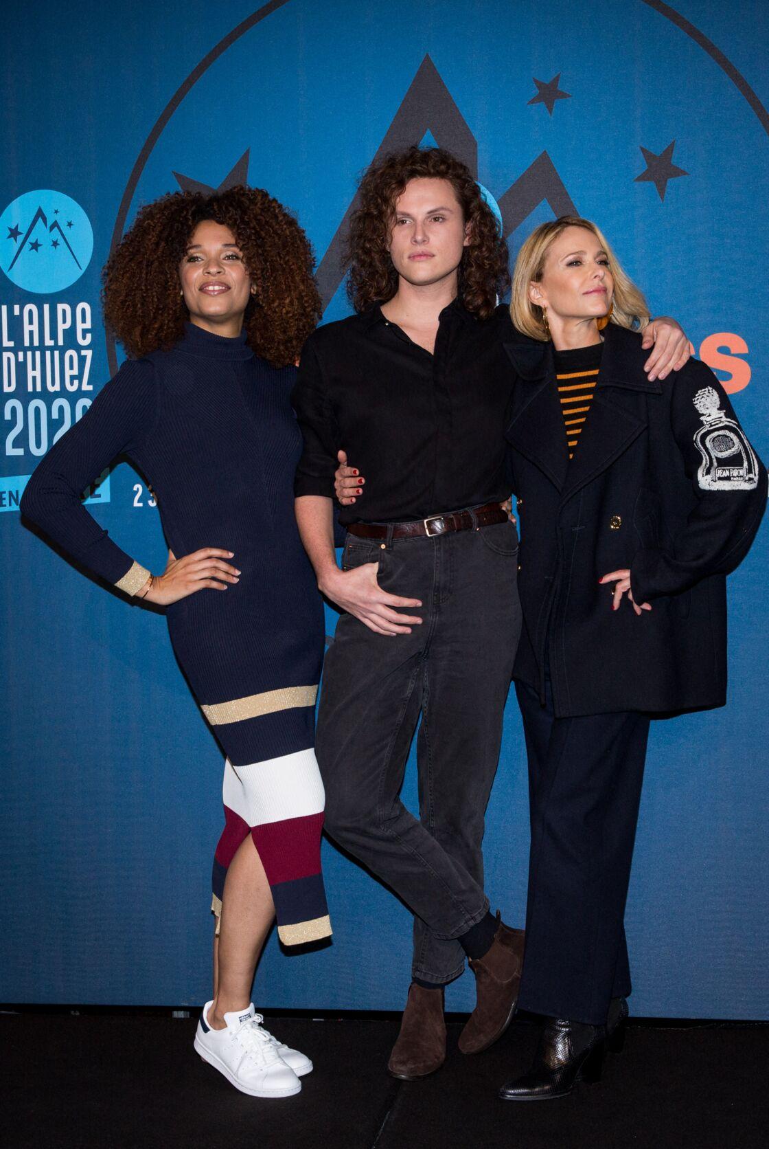 Alexandre Wetter, les cheveux longs et bouclés pour le photocall de Miss avec Stefi Celma et Pascale Arbillot